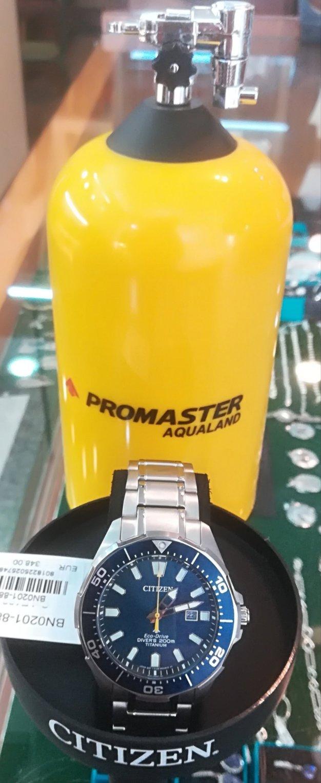 Citizen Aqualand BN0201-88L con su típico estuche en forma de bombona de buceo