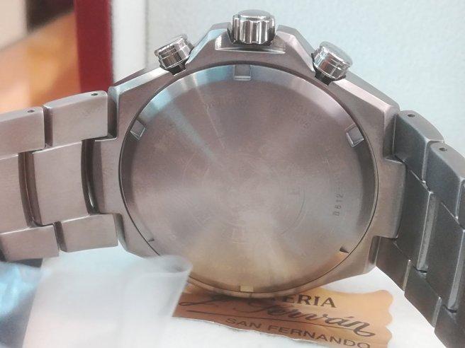 El citizen titanium CA0700-86E lleva fondo enroscado