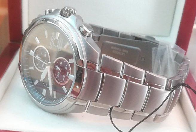 MIra la terminación del reloj titanium Citizen CA0700-86E